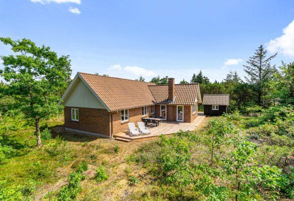 Sommerhus med brændeovn og sauna – renoveret i 2021