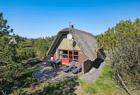 Rustikales Reetdachhaus mit Sauna in idyllischer Natur