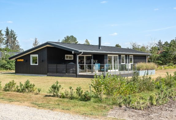 Gepflegtes Sommerhaus für 6 Personen inHennebymit Kamin