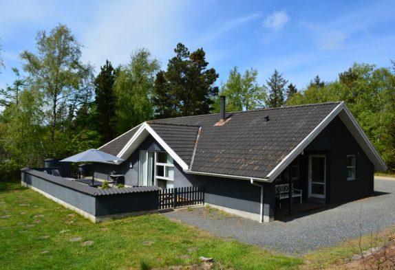 Gepflegtes Poolhaus mit energiesparender Wärmepumpe