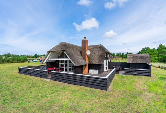 Gemütliches Reetdachhaus mit Sauna auf riesigem Grundstück