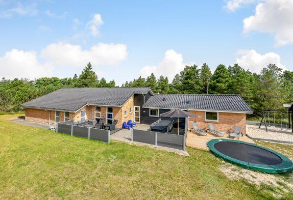 Grosses Poolhaus mit Rutsche, Sauna und Whirlpool, Spielplatz