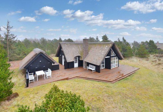 Schickes Reetdachhaus auf herrlichem Grundstück inBlåvand