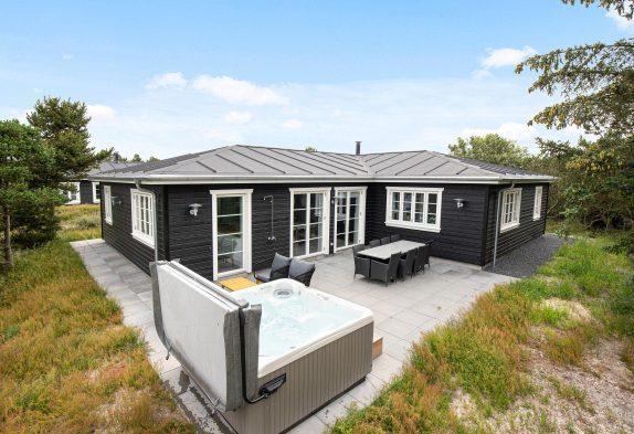 Modernes Ferienhaus mit Swimmingpool in Blåvand