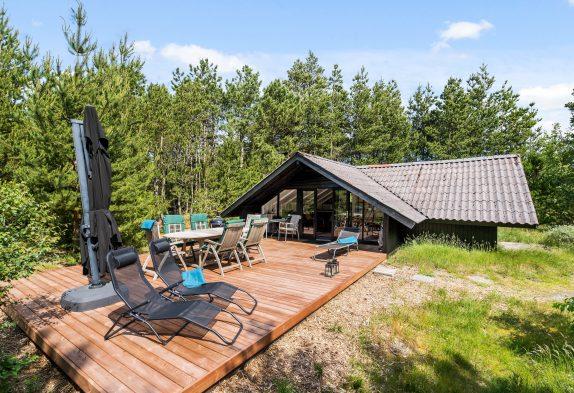 Typisches Holzferienhaus in geschützter Lage für Naturliebhaber