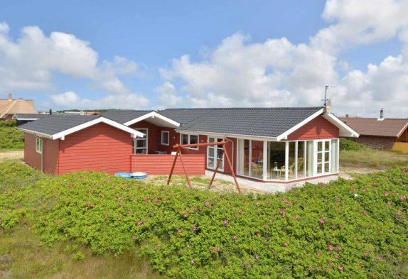 Pænt og rummeligt feriehus på naturgrund