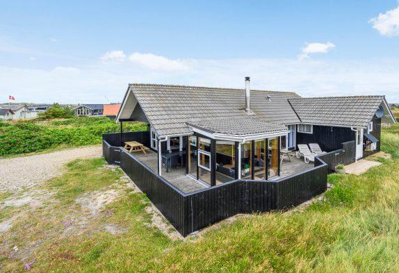 Strandnahes Ferienhaus inSackgassenlagemit Wintergarten