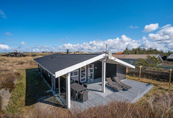 Ferienhaus mit schöner Terrasse, in den Dünen, nah an der Nordsee