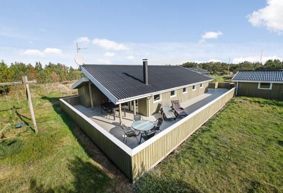 Familievenligt sommerhus med gæste-wc, stor lukket terrasse