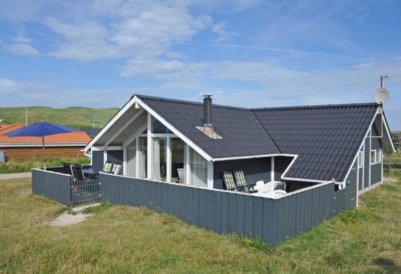 Gemütliches Holzhaus, das in der Nähe vom Strand liegt