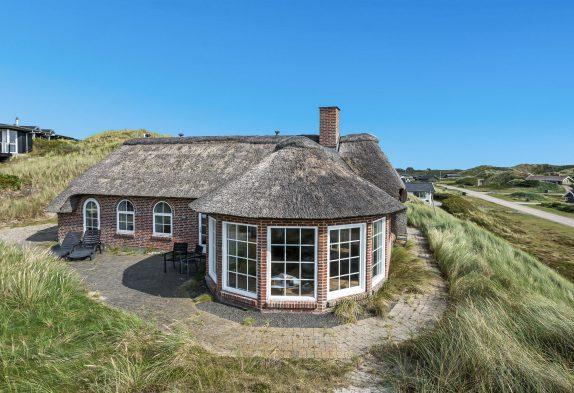 Ferienhaus mit Ausblick und Reetdach nah am Strand