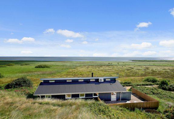 Poolhaus mit Panoramablick und geschlossener Terrasse