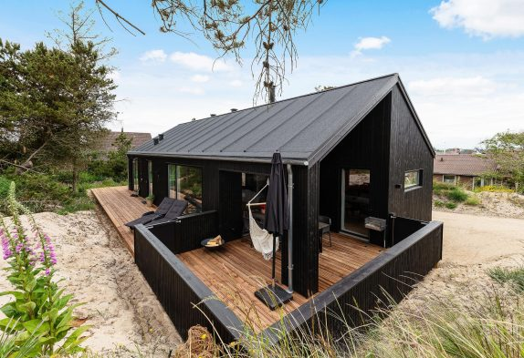 Modernes Ferienhaus mit Kaminofen direkt in Hvide Sande
