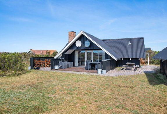 Klassisches Ferienhaus mit Kaminofen nah an Lyngvig Fyr