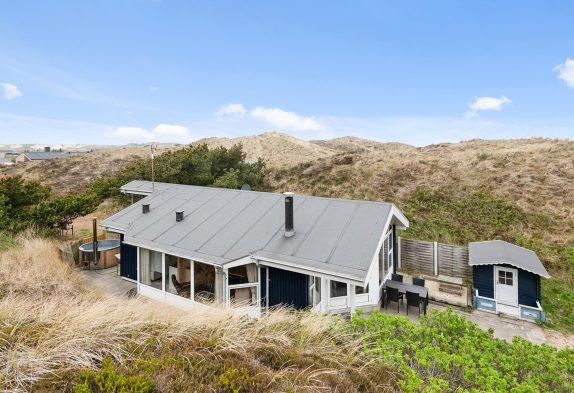 Ferienhaus mit Kaminofen und Badetonne in der Dünenlandschaft