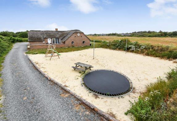 Poolhaus für 14 Personen mit Volleyballfeld und Trampolin