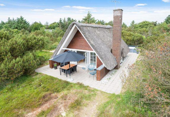 Modernes Reetdachhaus mit Außenwhirlpool in Lodbjerg Hede