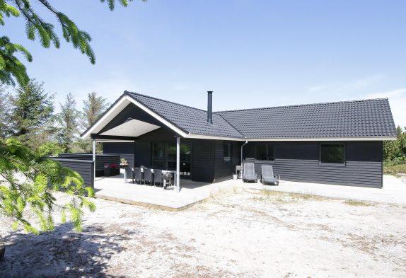 Schön eingerichtetes Aktivitätsferienhaus mit Badetonne
