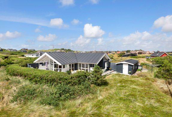 Helles und gepflegtes Ferienhaus in Søndervig mit schöner Terrasse
