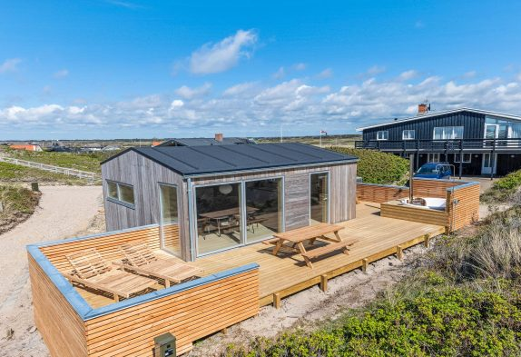 Strandnahes Ferienhaus im Herzen Søndervigs mit Sauna