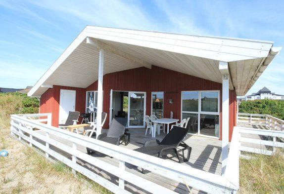 Schönes, strandnahes Ferienhaus mit geschlossener Terrasse